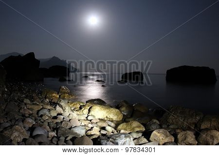 Moonlight Shines On The Sea