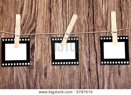 Alte Film-Blanks hängen ein Seil von Clothespins in Holz Hintergrund gehaltenen