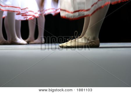 Bailarines de ballet con faldas blancas