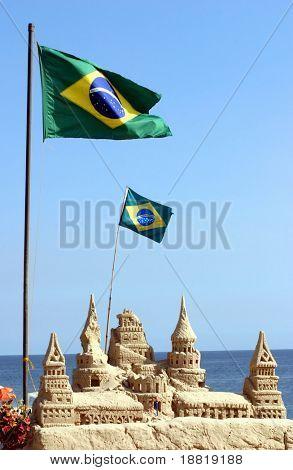 Brasilianische Flagge am Copacabana Strand in Rio De Janeiro