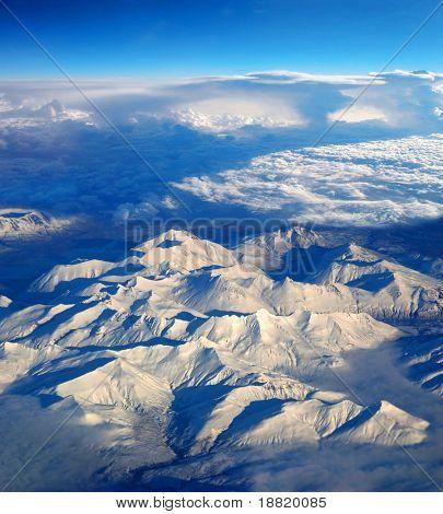 Vista aérea de montañas sobre Alaska