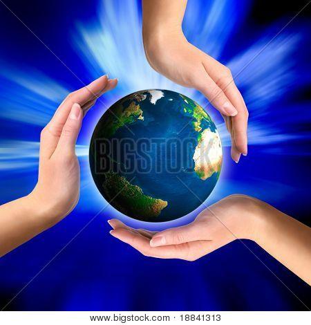 Globo de la tierra en símbolo de reciclaje Conceptual de las manos
