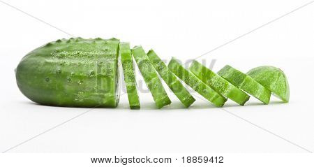 Gurken und Slices isolated over white background