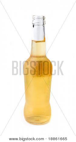 Una botella abierta de cerveza aislada sobre fondo blanco