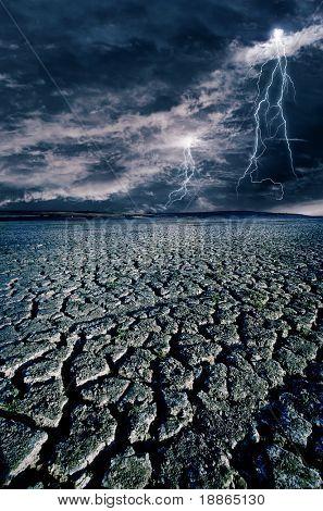 Tierra agrietada y los relámpagos