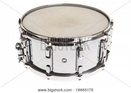 Gran tambor metálico aislado en blanco