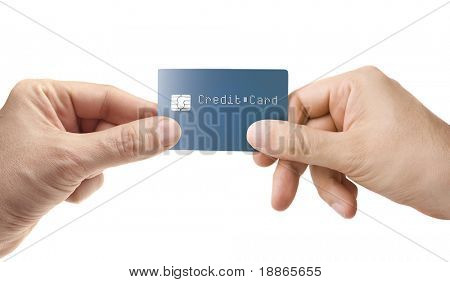 Mão dando o cartão de crédito isolado no branco