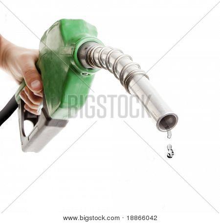 Masculino mão segurando a bomba de gás isolada no branco com uma última gota de combustível fóssil