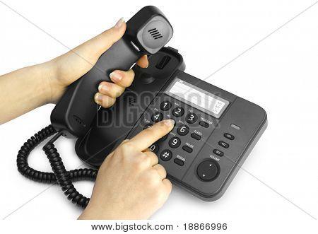 Una mano apretando una tecla teléfono negro