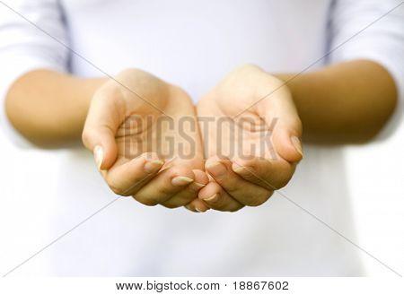 Las manos abiertas de mujer. Los objetos aquí