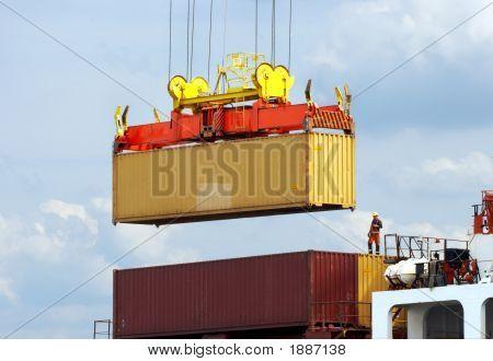 Hafenarbeiter auf Containerschiff