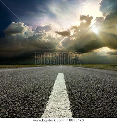 a lo largo de la carretera
