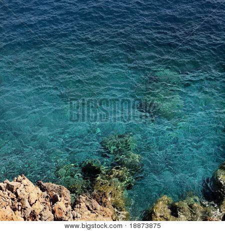 vista sobre o oceano de um penhasco
