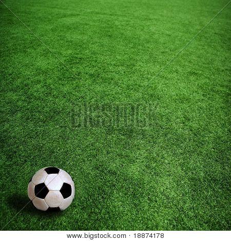 balón de fútbol sobre la hierba verde