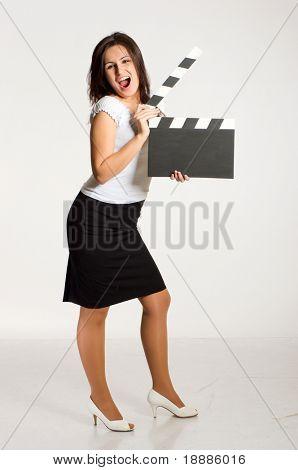 Ziemlich junge Frau hält eine Filmklappe