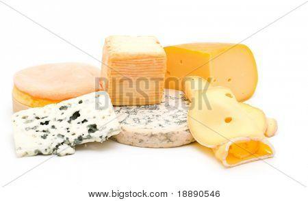 surtido de queso sobre fondo blanco