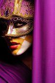 Постер, плакат: крупным планом портрет женщины в фиолетовый маски