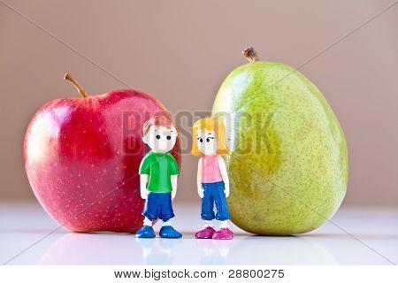 Niña y niño discutiendo una nutrición saludable (pera y manzana)