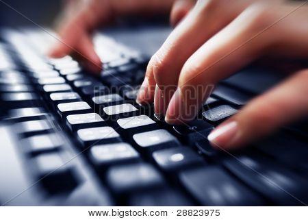 Fingern auf der Tastatur