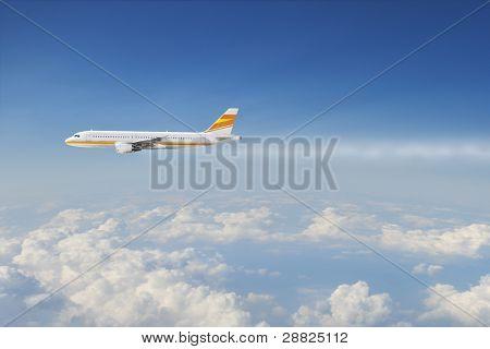 Avión de pasajeros grande sobrevolando el cielo nublado