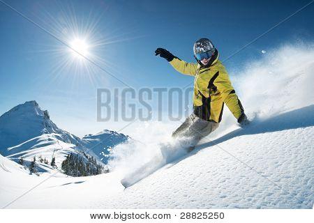 Jovem snowboarder em pó profundo - freeride extremo
