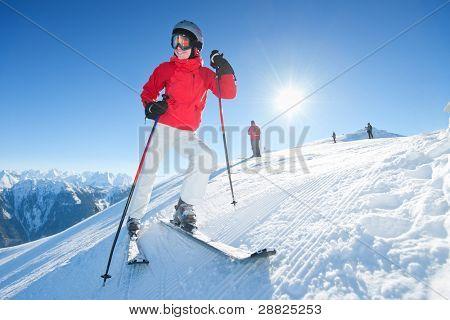 Junge Frau mit Ski Messestand Tom des Hügels