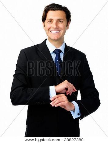 lächelnd zuversichtlich Geschäftsmann in eine formelle Klage passt seine Manschettenknöpfe
