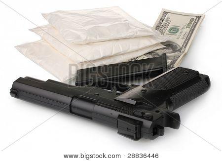 Cocaína en paquetes con pistola y dinero aislado en blanco