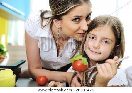 Mutter und Tochter Kochen, Liebe und zusammenarbeiten