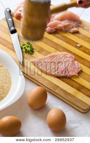 ablandar los trozos de carne en tablero de madera