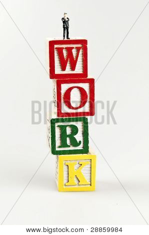 Word und Spielzeug Geschäftsmann arbeiten