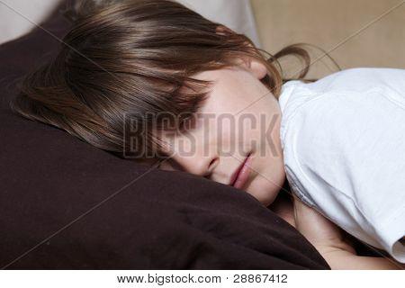 Joven tiene una siesta en el sofá