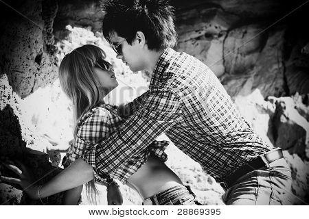 Jovem casal no amor ao ar livre. Preto e branco.