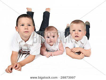 Kinder posieren für Familienfoto zusammen auf weiß