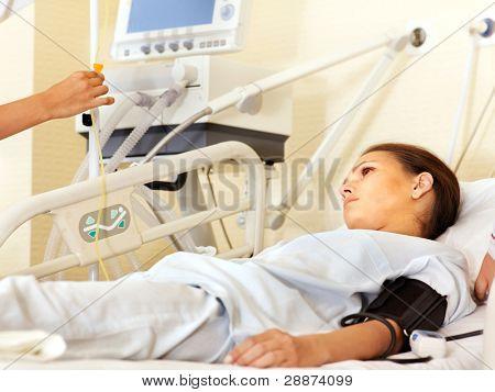 kranken Patienten über Gurney in OP-Saal.