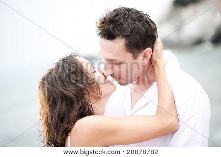 glückliche Braut und Bräutigam außerhalb