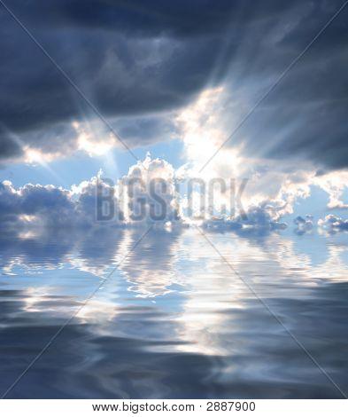 Rayos de sol que refleja en el agua