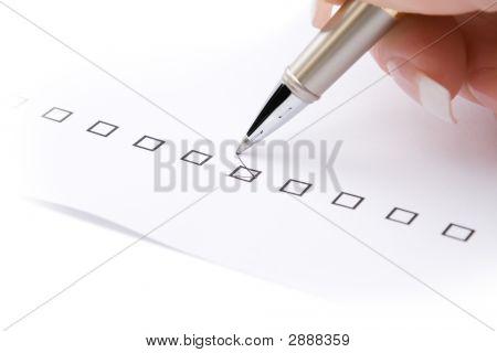 Mão de mulher, marcando A caixa de seleção