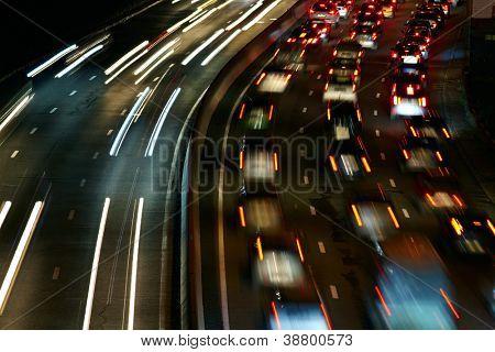 Semáforo de la noche de la gran ciudad