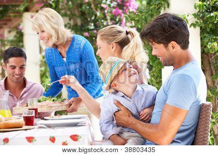 Senior Woman servieren bei Multi-Generation-Familie-Mahlzeit