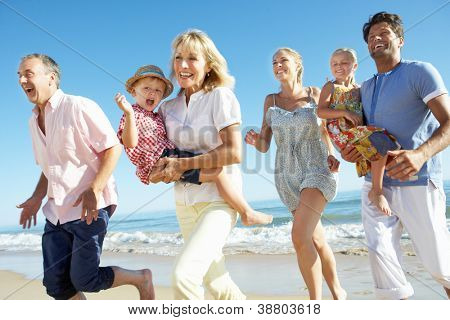 Multi-Generation-Familie Urlaub am Meer genießen