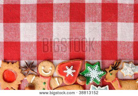 Galletas de jengibre de Navidad sobre mantel