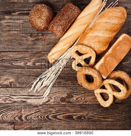 Surtido de pan sobre una mesa de madera