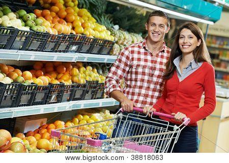 Junge Familie paar wählen Bio Lebensmittel Obst Gemüse Supermarkt während der wöchentlichen Einkauf