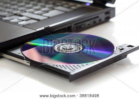 Insertar un CD o DVD en blanco en un ordenador portátil