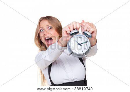 mujer sosteniendo el despertador en pánico. aislado sobre fondo blanco