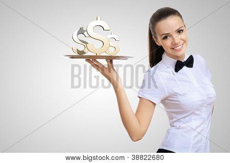 Camarera aferrarse una bandeja con dinero