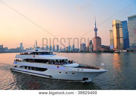 Boot in Huangpu-Fluss mit Shanghai Stadtarchitektur