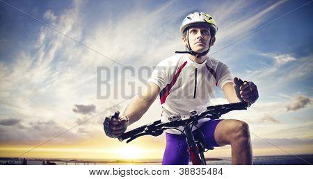 Mann mit dem Fahrrad auf einen Sonnenuntergang