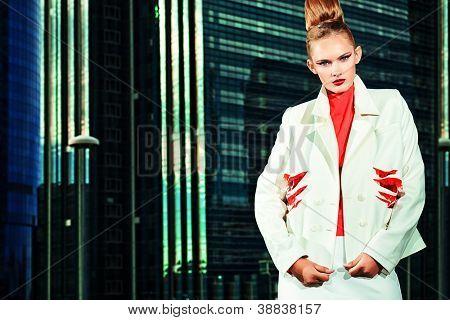 Voller Länge Portrait ein Art und Weisemodell über Großstadt Hintergrund posieren.